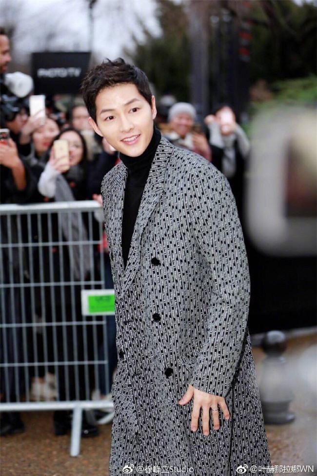 Lâu lắm mới thấy xuất hiện, Song Joong Ki lại khiến người ta trầm trồ vì diện đồ còn đẹp hơn người mẫu tại show Dior - Ảnh 4.