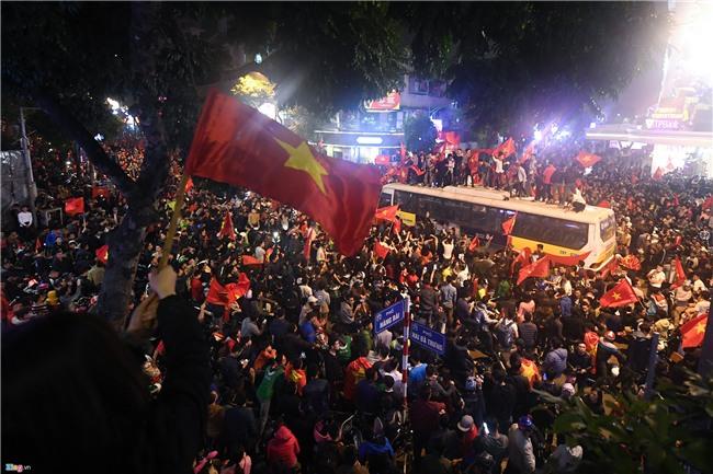 CDV qua khich nhay noc xe buyt an mung bong da U23 Viet Nam hinh anh 1