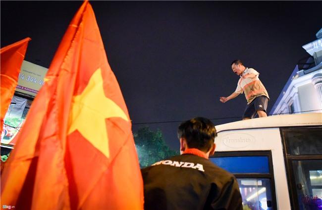CDV qua khich nhay noc xe buyt an mung bong da U23 Viet Nam hinh anh 3