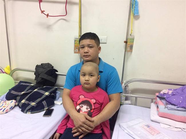 Người cha có con gái 7 tuổi mắc bệnh ung thư: Nguyện trắng tay cả đời để đổi lấy từng phút giây sự sống cho con - Ảnh 1.