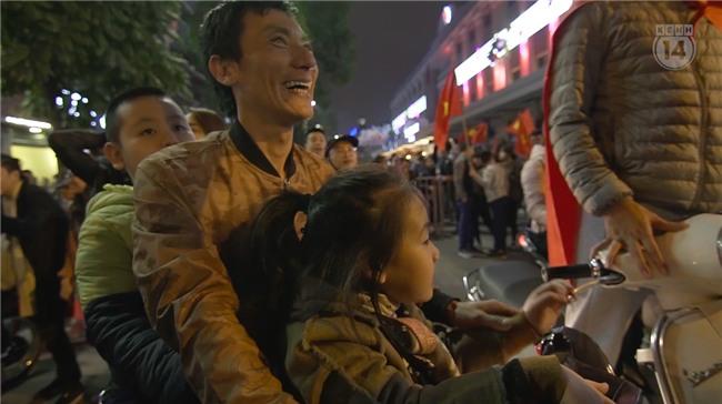 Clip: Nhìn lại 1 đêm cả Việt Nam vỡ oà vì U23, khi triệu trái tim cùng thót tim, hạnh phúc và tự hào! - Ảnh 11.