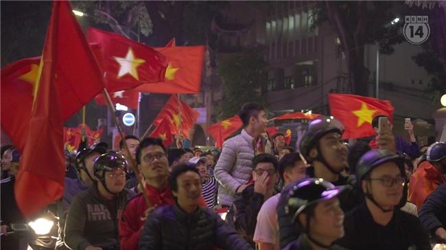 Clip: Nhìn lại 1 đêm cả Việt Nam vỡ oà vì U23, khi triệu trái tim cùng thót tim, hạnh phúc và tự hào! - Ảnh 8.
