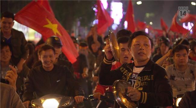 Clip: Nhìn lại 1 đêm cả Việt Nam vỡ oà vì U23, khi triệu trái tim cùng thót tim, hạnh phúc và tự hào! - Ảnh 10.