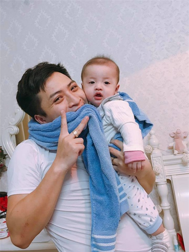 Đã tìm ra ông bố dễ thương trong clip cắn chặt khăn cổ vũ U23 Việt Nam chiến thắng vì sợ con thức - Ảnh 1.