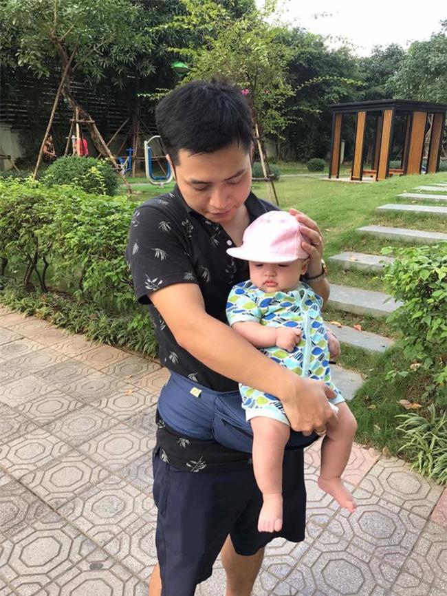"""Đã tìm ra ông bố dễ thương trong clip """"cắn chặt khăn cổ vũ U23 Việt Nam chiến thắng"""" vì sợ con thức - Ảnh 4."""