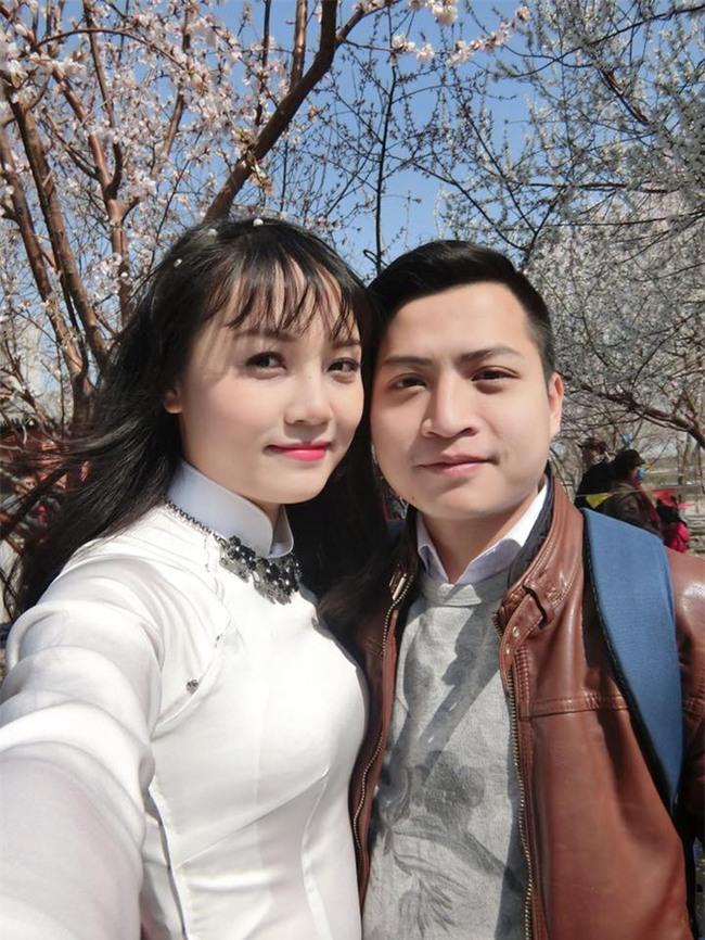 """Đã tìm ra ông bố dễ thương trong clip """"cắn chặt khăn cổ vũ U23 Việt Nam chiến thắng"""" vì sợ con thức - Ảnh 5."""