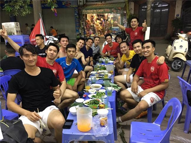 Đã tìm ra ông bố dễ thương trong clip cắn chặt khăn cổ vũ U23 Việt Nam chiến thắng vì sợ con thức - Ảnh 5.