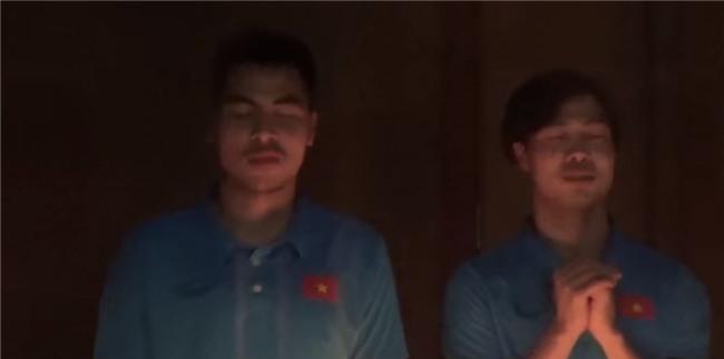 Công Phượng bị úp bánh kem vào mặt trong tiệc sinh nhật với U23 Việt Nam - Ảnh 1.