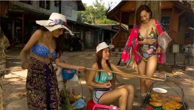Bán gỏi đu đủ mà mặc đồ bơi nóng bỏng rồi makeup quá đà, 3 cô gái bị cư dân mạng ném đá dữ dội - Ảnh 2.