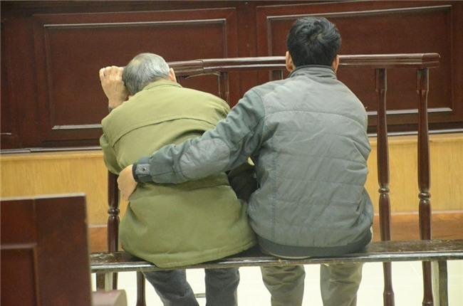 Xét xử phúc thẩm đối tượng 79 tuổi hiếp dâm bé gái 3 tuổi ở Hà Nội: Bị cáo Vĩnh liên tục kêu oan - Ảnh 2.