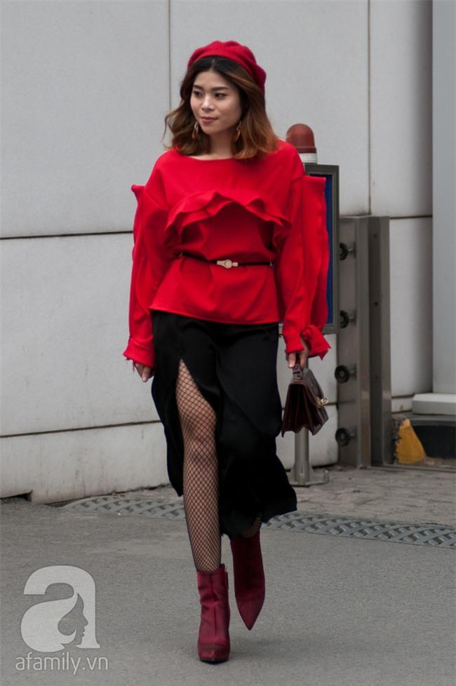 Tuần qua nắng ấm nên các quý cô Hà Thành được dịp khoe loạt street style với váy cực điệu - Ảnh 6.