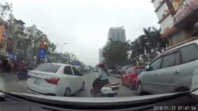 Clip: Cắt ngang sang đường nhưng không được, Ninja Lead loay hoay húc 3 phát vào hông ô tô rồi mới chịu đi - Ảnh 2.