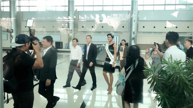 Bố mẹ và người dân Đăk Lăk diện trang phục truyền thống, nô nức đón Tân Hoa hậu HHen Niê trở về quê hương - Ảnh 4.