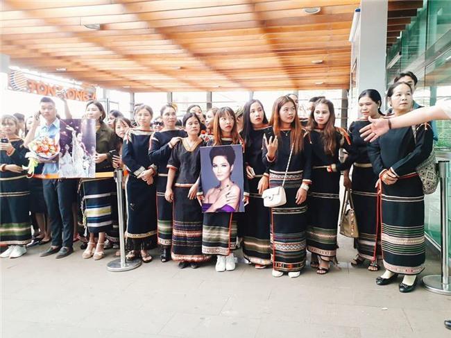 Bố mẹ và người dân Đăk Lăk diện trang phục truyền thống, nô nức đón Tân Hoa hậu HHen Niê trở về quê hương - Ảnh 6.