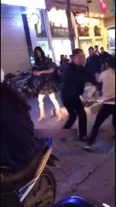 Hà Nội: Bắt quả tang chồng đi với bồ trên ô tô, vợ đi xe máy cũ kĩ đến đánh ghen ngay trên phố - Ảnh 2.