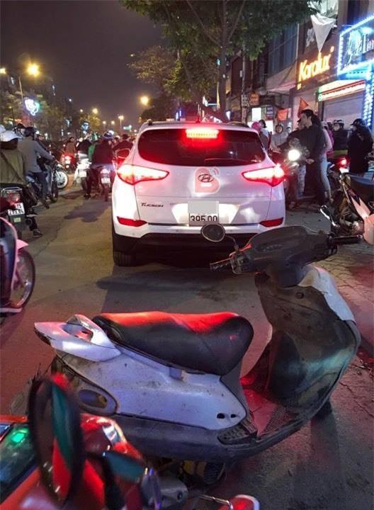 Hà Nội: Bắt quả tang chồng đi với bồ trên ô tô, vợ đi xe máy cũ kĩ đến đánh ghen ngay trên phố - Ảnh 3.
