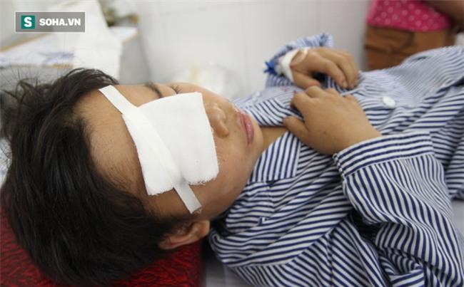 Mẹ đau xót kể lại lúc rút dao nhọn khỏi mắt con 10 tuổi - Ảnh 1.