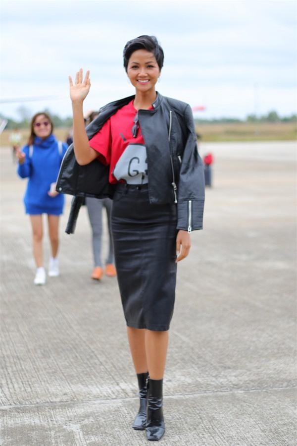 2 tuần sau đăng quang, Hoa hậu HHen Niê đã khoác lên mình món đồ hiệu đầu tiên - Ảnh 2.