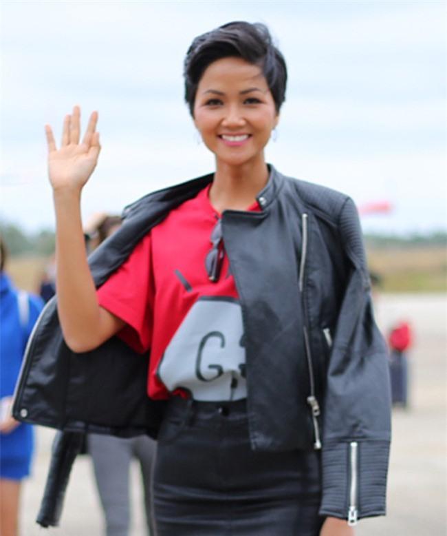 2 tuần sau đăng quang, Hoa hậu HHen Niê đã khoác lên mình món đồ hiệu đầu tiên - Ảnh 3.