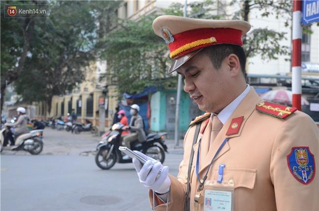 Gặp anh CSGT gây sốt với clip vừa phân luồng vừa đập tay mọi người để ăn mừng chiến thắng của U23 Việt Nam - Ảnh 3.