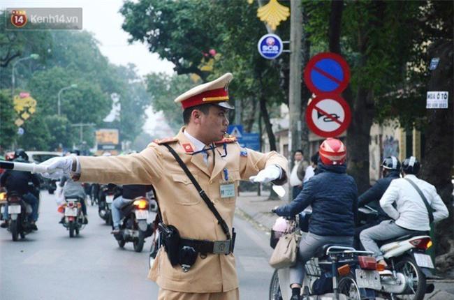 Gặp anh CSGT gây sốt với clip vừa phân luồng vừa đập tay mọi người để ăn mừng chiến thắng của U23 Việt Nam - Ảnh 4.