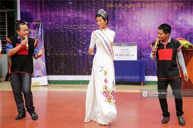 HHen Niê về trường, lên sân khấu nhún nhảy theo tiết mục cây nhà lá vườn của các thầy cô cực đáng yêu - Ảnh 1.