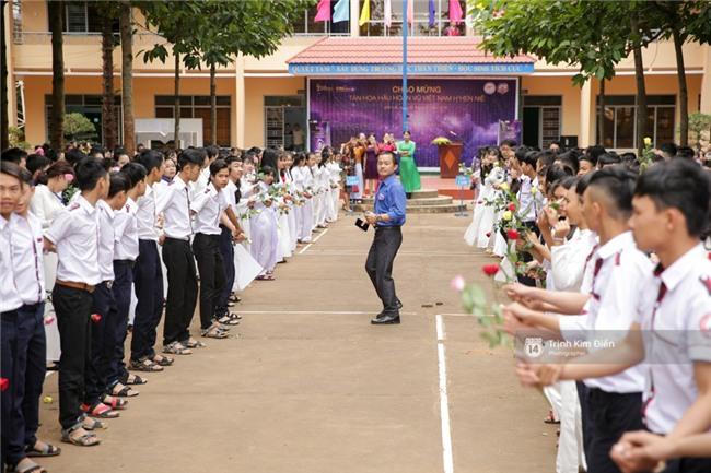 HHen Niê về trường, lên sân khấu nhún nhảy theo tiết mục cây nhà lá vườn của các thầy cô cực đáng yêu - Ảnh 10.