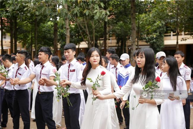 HHen Niê về trường, lên sân khấu nhún nhảy theo tiết mục cây nhà lá vườn của các thầy cô cực đáng yêu - Ảnh 11.
