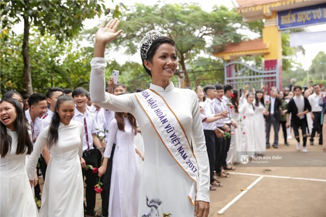 HHen Niê về trường, lên sân khấu nhún nhảy theo tiết mục cây nhà lá vườn của các thầy cô cực đáng yêu - Ảnh 16.