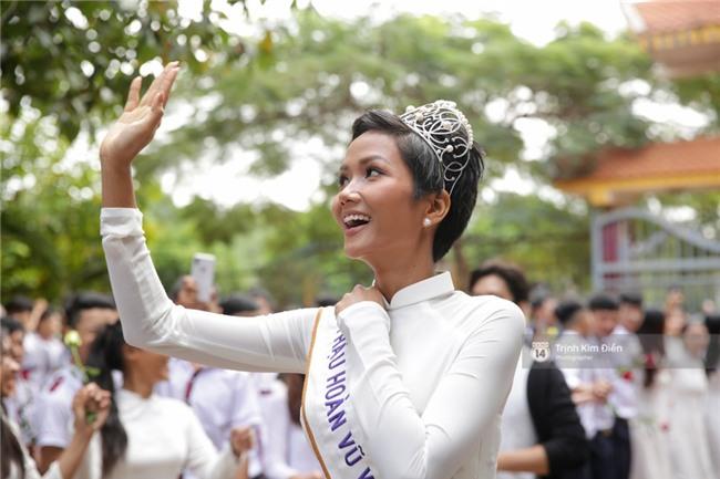 HHen Niê về trường, lên sân khấu nhún nhảy theo tiết mục cây nhà lá vườn của các thầy cô cực đáng yêu - Ảnh 18.