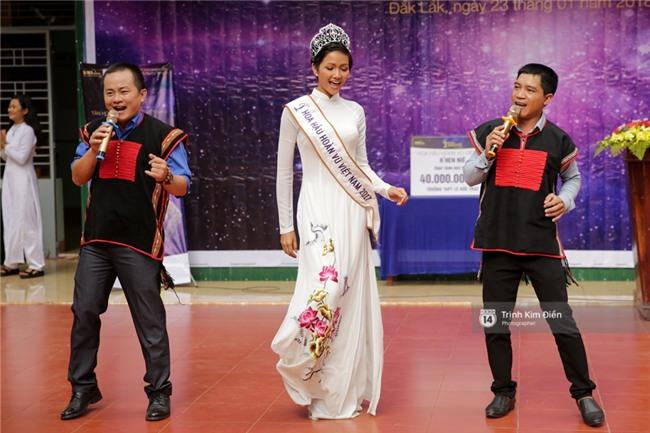 HHen Niê về trường, lên sân khấu nhún nhảy theo tiết mục cây nhà lá vườn của các thầy cô cực đáng yêu - Ảnh 2.