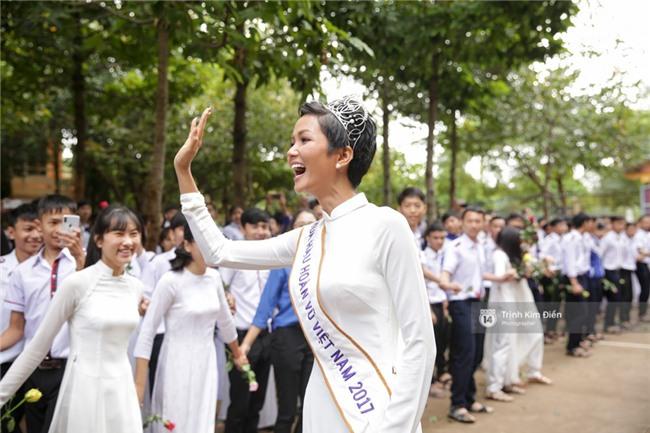 HHen Niê về trường, lên sân khấu nhún nhảy theo tiết mục cây nhà lá vườn của các thầy cô cực đáng yêu - Ảnh 20.
