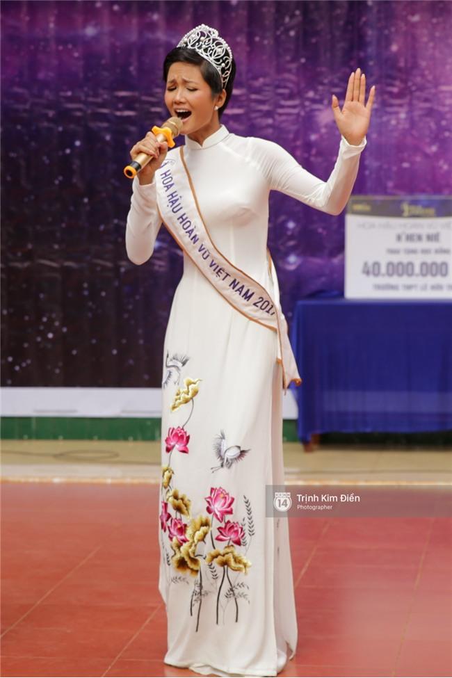 HHen Niê về trường, lên sân khấu nhún nhảy theo tiết mục cây nhà lá vườn của các thầy cô cực đáng yêu - Ảnh 4.
