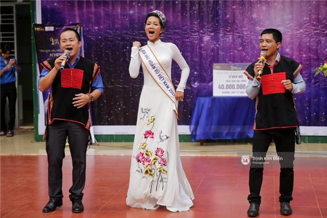 HHen Niê về trường, lên sân khấu nhún nhảy theo tiết mục cây nhà lá vườn của các thầy cô cực đáng yêu - Ảnh 5.