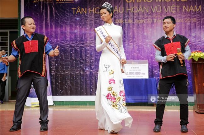 HHen Niê về trường, lên sân khấu nhún nhảy theo tiết mục cây nhà lá vườn của các thầy cô cực đáng yêu - Ảnh 6.