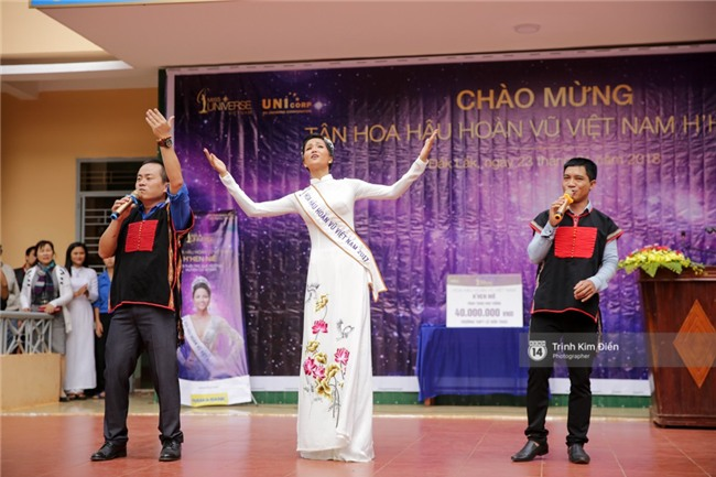 HHen Niê về trường, lên sân khấu nhún nhảy theo tiết mục cây nhà lá vườn của các thầy cô cực đáng yêu - Ảnh 8.