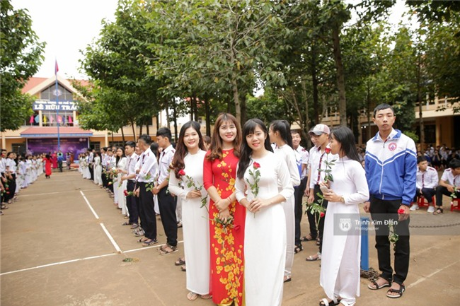 HHen Niê về trường, lên sân khấu nhún nhảy theo tiết mục cây nhà lá vườn của các thầy cô cực đáng yêu - Ảnh 9.