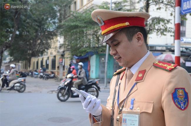 Gặp anh CSGT gây sốt với clip vừa phân luồng vừa đập tay mọi người để ăn mừng chiến thắng của U23 Việt Nam - Ảnh 2.