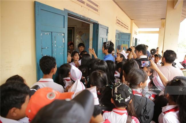 HHen Niê xúc động đến bật khóc, nhắc đến Sơn Tùng M-TP bằng tiếng Ê Đê khi về thăm trường cũ - Ảnh 12.
