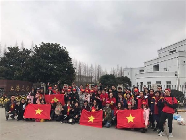 CĐV Việt Nam tại Trung Quốc vượt hàng trăm cây số để cổ vũ cho đội tuyển U23 Việt Nam trước trận đấu lịch sử với Qatar - Ảnh 6.