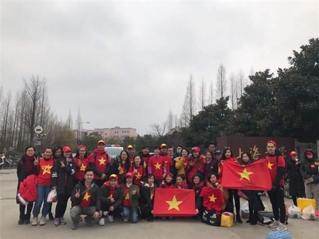 CĐV Việt Nam tại Trung Quốc vượt hàng trăm cây số để cổ vũ cho đội tuyển U23 Việt Nam trước trận đấu lịch sử với Qatar - Ảnh 7.