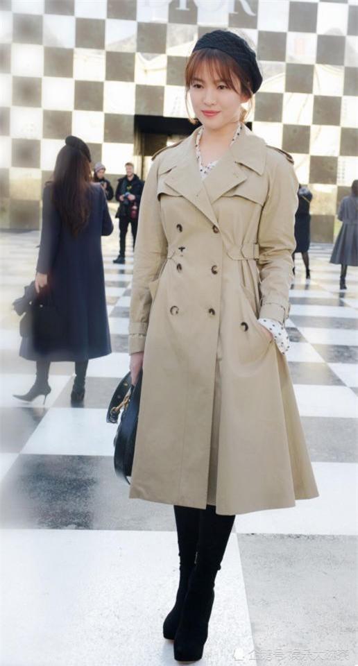Song Hye Kyo tham dự tuần lễ thời trang Paris, Pháp, ngày 22/1. Người đẹp xứ Hàn chỉ cao 159cm nhưng biết lựa chọn trang phục khiến cô không lép vế trước dàn người mẫu quốc tế.