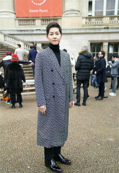 Song Joong Ki cũng có mặt tại Pháp để tham dự tuần lễ thời trang Paris trong tháng 1 này.
