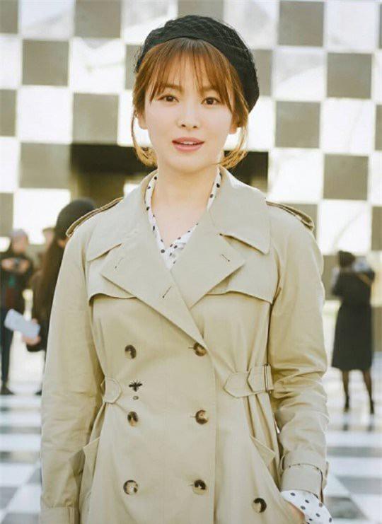 Có thông tin cho biết, Song Hye Kyo lên kế hoạch sinh em bé sớm nên hiện tại cô chưa vội nhận lời góp mặt trong các dự án điện ảnh.