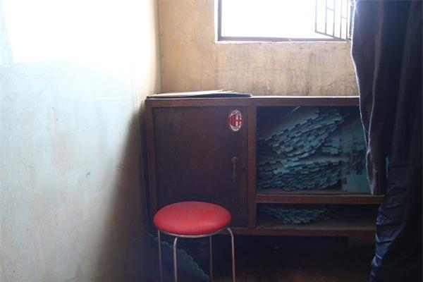 Hà Nội: Bà bầu 8 tháng dắt con nhỏ đi qua mái tôn nhà chung cư vì thang máy hỏng