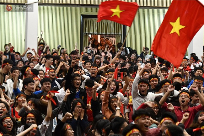 Chùm ảnh: Khoảnh khắc U23 Việt Nam gỡ hòa trong những phút cuối, hàng triệu người đã nắm tay, ôm nhau hạnh phúc nhường này - Ảnh 1.