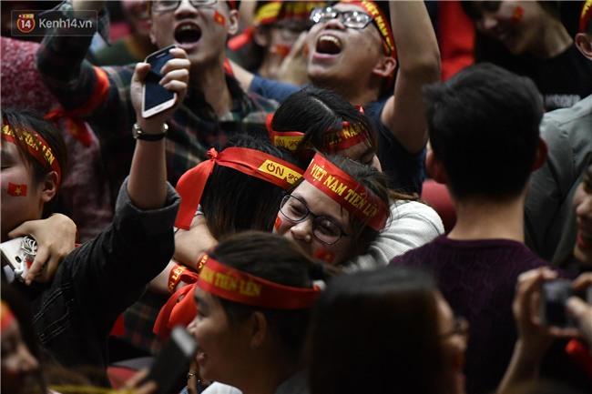 Chùm ảnh: Khoảnh khắc U23 Việt Nam gỡ hòa trong những phút cuối, hàng triệu người đã nắm tay, ôm nhau hạnh phúc nhường này - Ảnh 10.