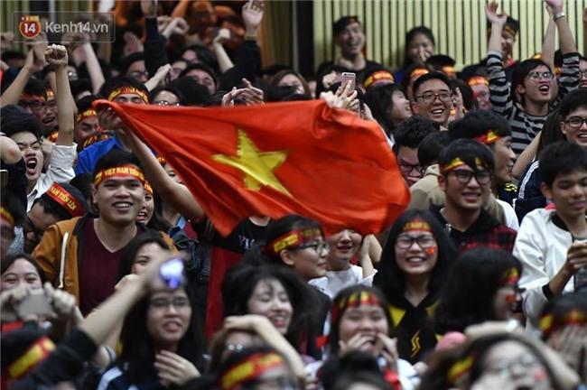 Chùm ảnh: Khoảnh khắc U23 Việt Nam gỡ hòa trong những phút cuối, hàng triệu người đã nắm tay, ôm nhau hạnh phúc nhường này - Ảnh 2.