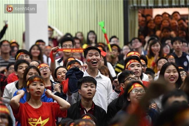 Chùm ảnh: Khoảnh khắc U23 Việt Nam gỡ hòa trong những phút cuối, hàng triệu người đã nắm tay, ôm nhau hạnh phúc nhường này - Ảnh 3.