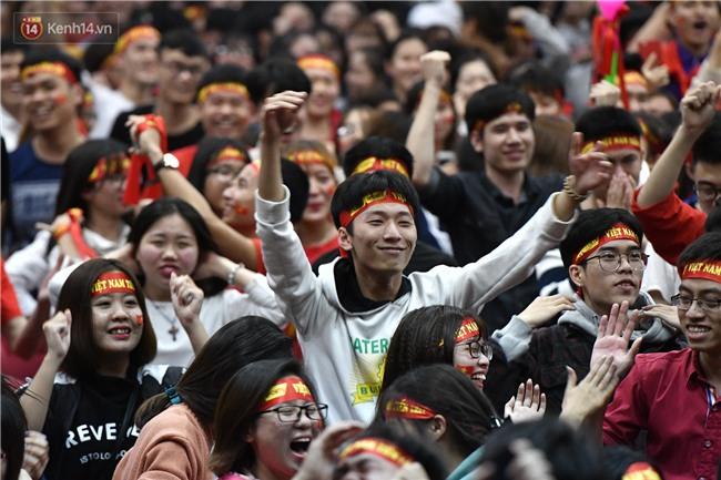 Chùm ảnh: Khoảnh khắc U23 Việt Nam gỡ hòa trong những phút cuối, hàng triệu người đã nắm tay, ôm nhau hạnh phúc nhường này - Ảnh 4.